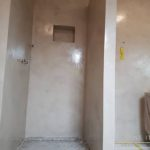 Pavimento in e rivestimento in microcemento bicomponente, con una finitura satinata, colore Sabbia.