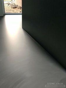 Pavimento in microcemento bicomponente con una finitura satinata, colore Himalaya