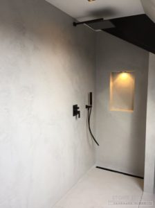 Pavimento in e rivestimento in microcemento bicomponente, con una finitura satinata, colore Acciaio