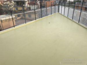 Pavimento esterno in resina impermeabile al contatto permanente con l'acqua, con una finitura satinata, colore Ral 1000
