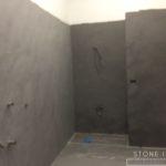 Pavimento e rivestimento del bagno completo in microcemento bicomponente, con una finitura opaca, colore Lavagna.