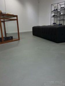 Pavimento in microcemento bicomponente, con una finitura opaca, colore Acciaio