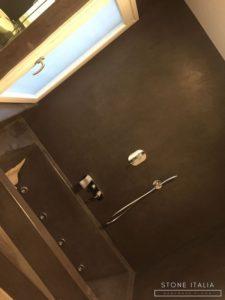 Bagno in microcemento bicomponente, con una finitura satinata, colore Marrone