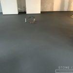 Pavimento in microcemento bicomponente, con una finitura opaca, colore Grey 50
