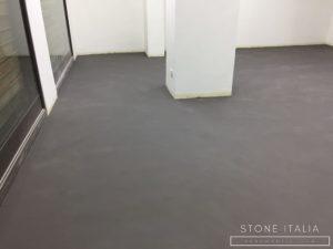 Pavimento in microcemento bicomponente con una finitura satinata, colore Lavagna.