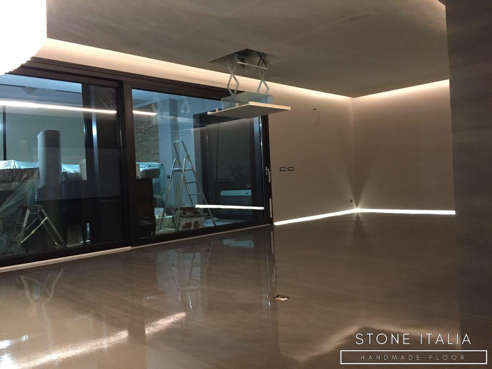 Pavimento in resina epossidica autolivellante, con una finitura lucida, colore personalizzato su richiesta da (Esclusiva per Building Services s.r.l.s).
