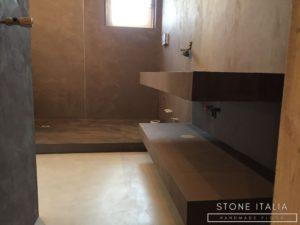 Pavimento in microcemento bicomponente con una finitura satinata, colore Plata&Piombo.