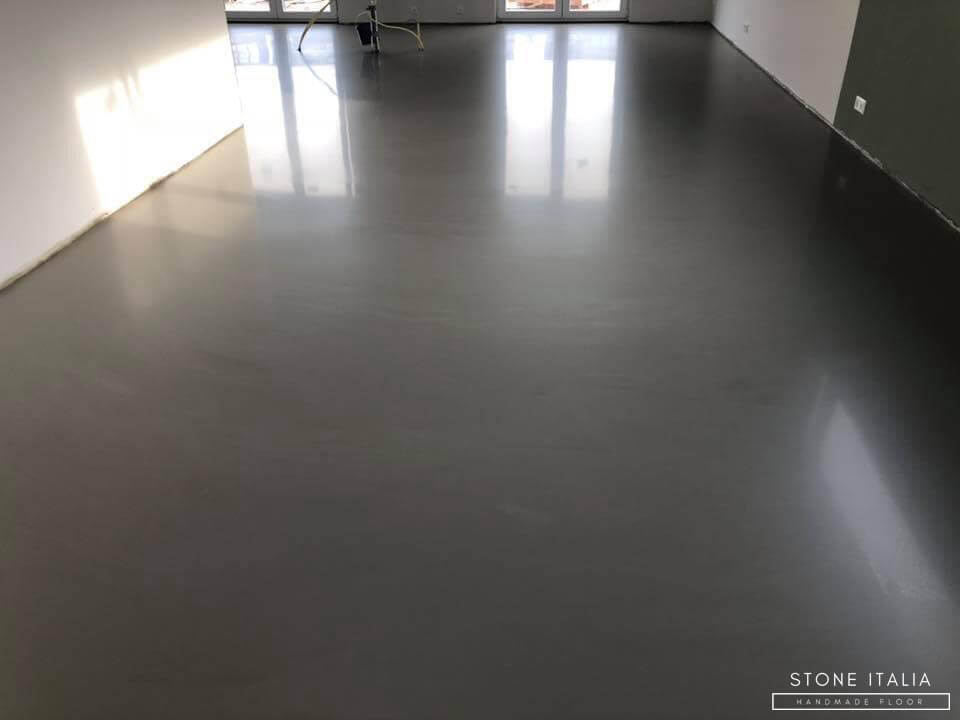 Pavimento in resina epossidica autolivellante bicolore Ral 7040, finitura satinata