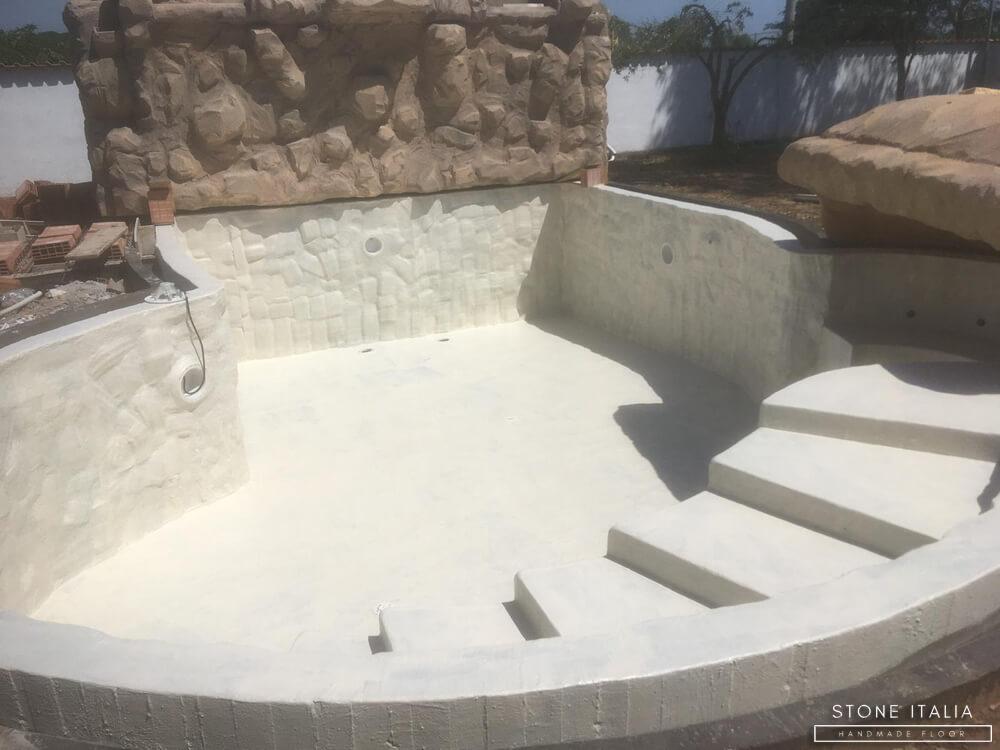 Rivestimento in resina cementizia impermeabile al contatto permanente con l'acqua.